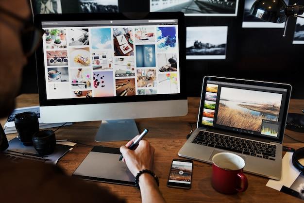 Hombre editando fotos en una computadora Foto Premium