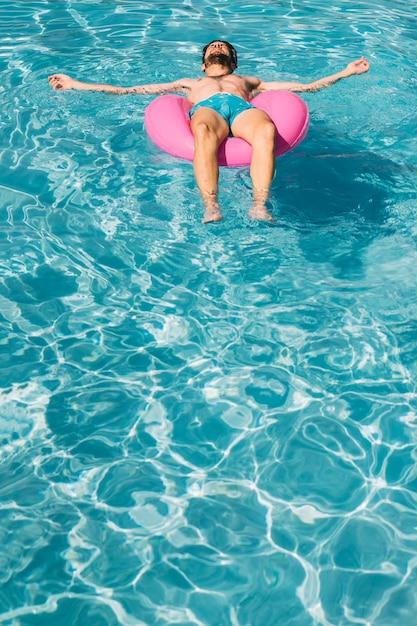 Hombre en anillo flotador en piscina | Descargar Fotos gratis