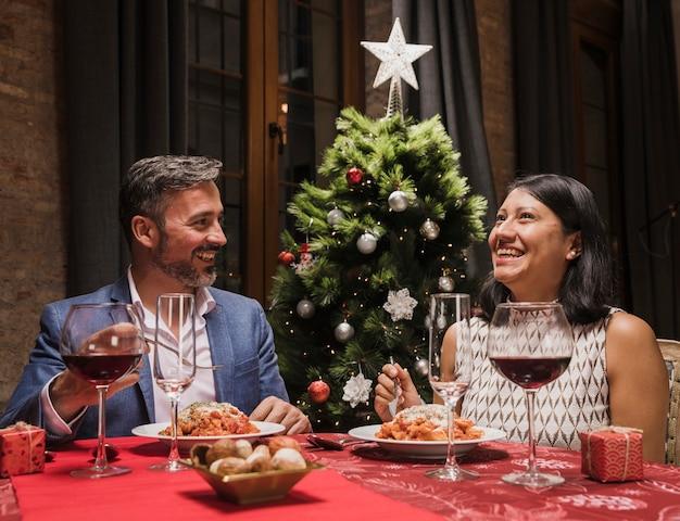 Hombre encantador y mujer en la cena de navidad Foto gratis