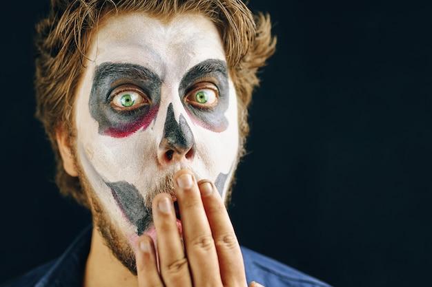 Hombre enmascarado del día de la muerte en halloween Foto Premium