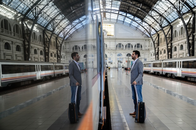 Hombre entrando al tren Foto Premium