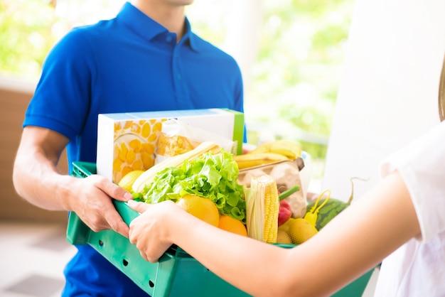 Resultado de imagen para entregando comida