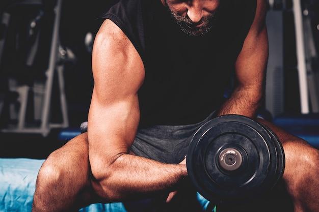 Hombre entrenando en gimnasio Foto gratis