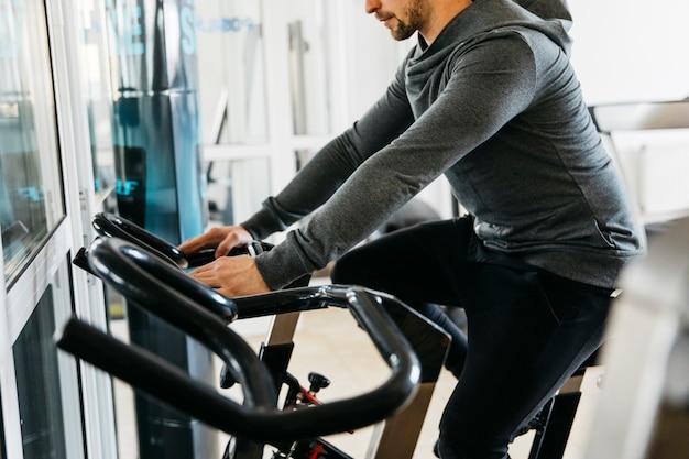 Hombre entrenando en el gimnasio Foto gratis