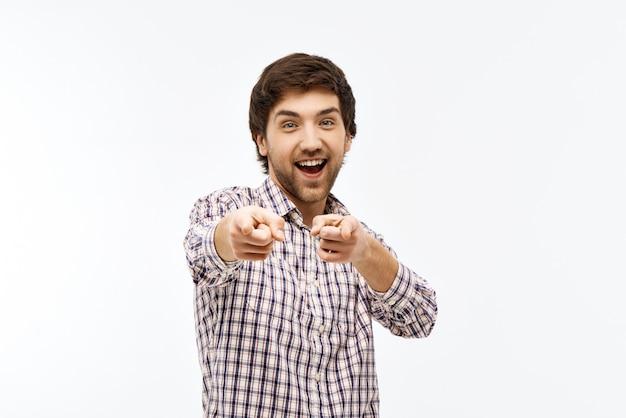 Hombre entusiasta que te señala Foto gratis