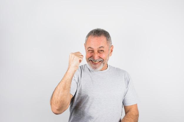 Hombre envejecido guiñando un ojo y animando Foto gratis