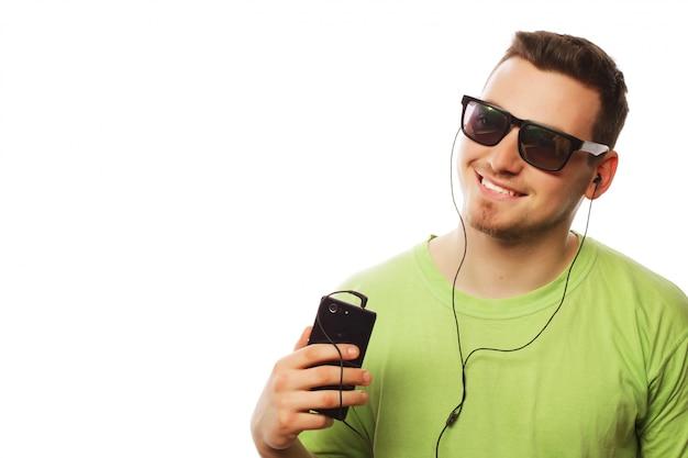 Hombre escuchando música y usando el teléfono inteligente Foto Premium