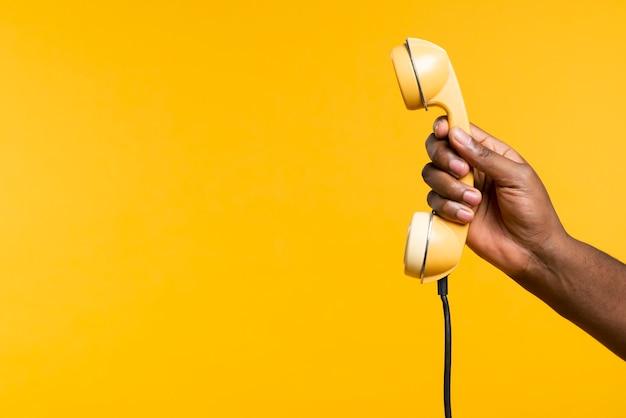 Hombre del espacio de copia con teléfono antiguo Foto gratis