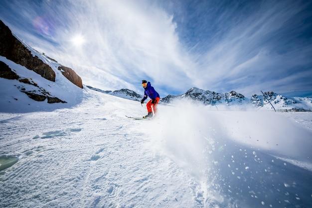 Hombre esquiando en las pistas de esquí. Foto Premium