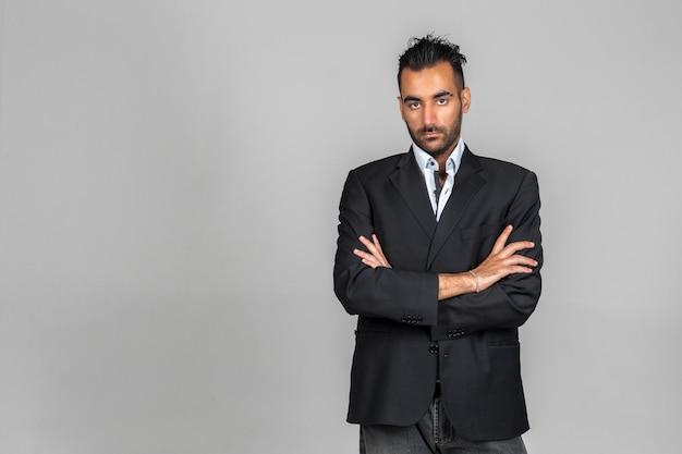 Hombre estar de pie, encima, pared oscura Foto Premium