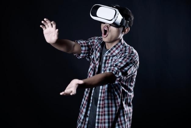 Hombre estudiante con gafas de realidad virtual, auriculares vr. Foto gratis