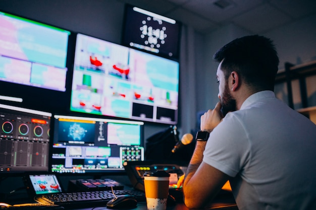Hombre en un estudio de grabación, producción musical. Foto gratis
