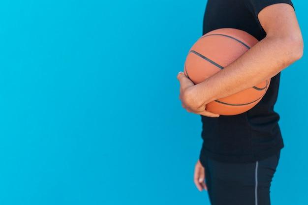 Hombre étnico, tenencia, baloncesto Foto gratis