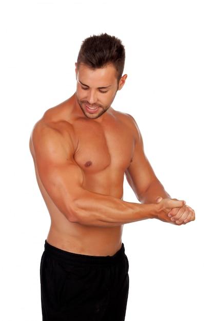 Hombre fuerte mostrando sus músculos. | Foto Premium
