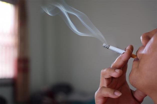 """Expresa tu momento """" in situ """" con una imagen - Página 39 Hombre-fumando-cigarrillo-casa-perjudicial-usted-demas_36430-47"""