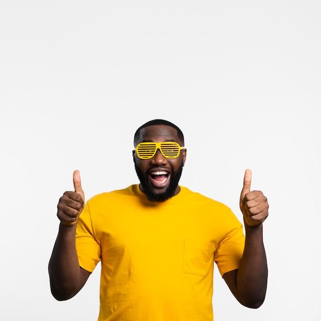Hombre con gafas de sol que muestra signo ok Foto gratis