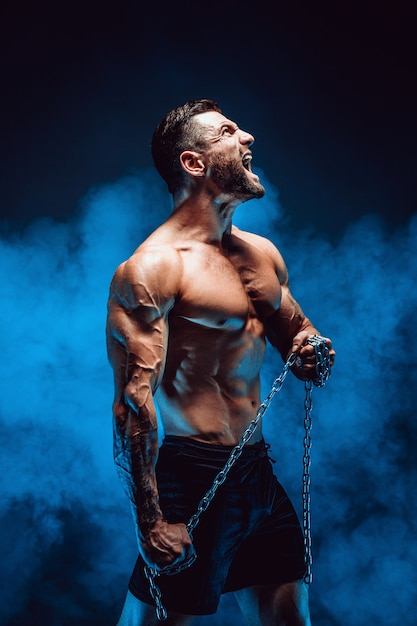 Hombre gritando con cadena Foto Premium