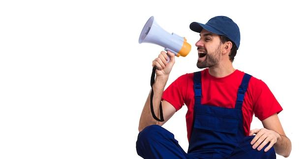 Hombre gritando en megáfono con copia espacio fondo blanco. Foto gratis
