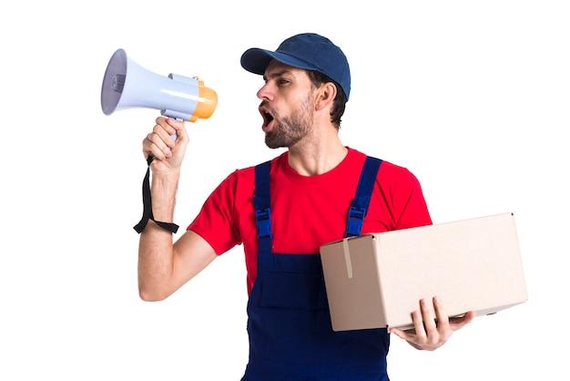 Hombre gritando en megáfono y sosteniendo una caja Foto gratis