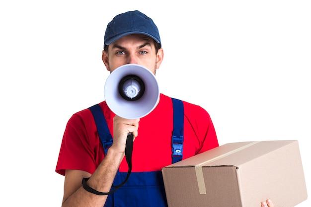 Hombre gritando en megáfono y sosteniendo una vista frontal de la caja Foto gratis