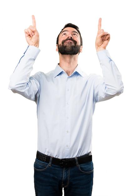 Hombre guapo con barba apuntando hacia arriba | Descargar Fotos premium