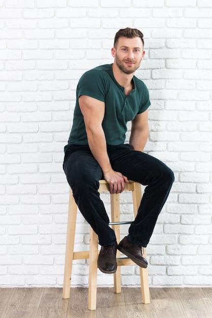 504f82cc62ac Hombre guapo brutal sentado en silla | Descargar Fotos premium