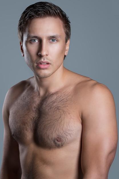 Hombre guapo sin camisa Foto gratis
