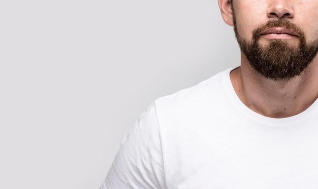 Hombre guapo en camiseta blanca con espacio de copia Foto Premium