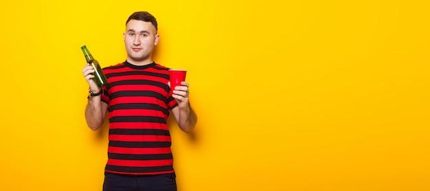 Hombre guapo en camiseta brillante con cerveza Foto Premium