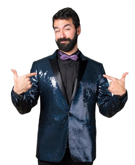 Hombre guapo con chaqueta de lentejuelas orgulloso de sí mismo Foto gratis