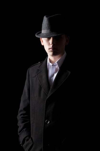 Hombre guapo en sombrero en la oscuridad | Descargar Fotos gratis