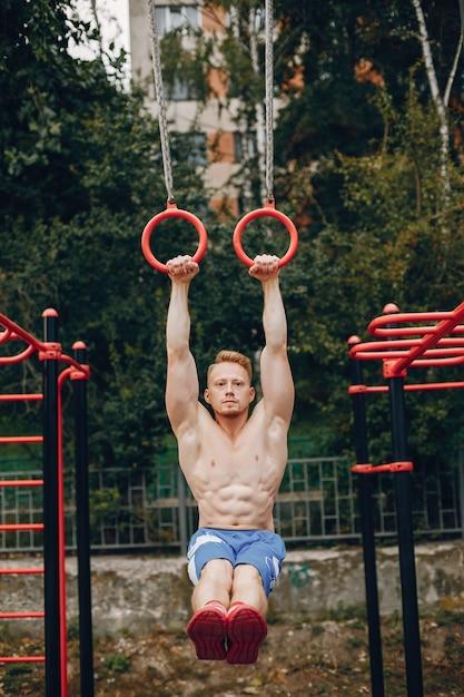 Hombre guapo entrenando en un parque de verano Foto gratis