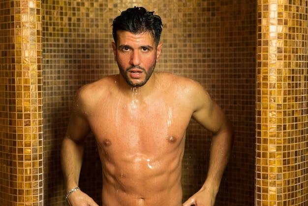 7ba4001f7ddf Hombre guapo haciendo una ducha en un spa | Descargar Fotos premium
