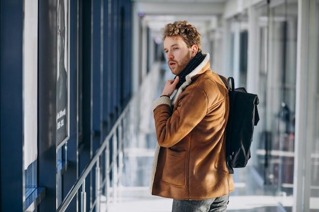 Hombre guapo joven que viaja con bolsa Foto gratis