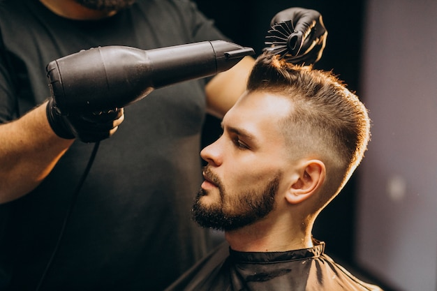 Hombre guapo en una peluquería peinado Foto gratis