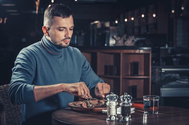 Hombre guapo en el restaurante Foto Premium