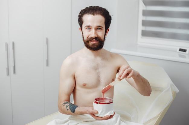 Hombre guapo en un salón de belleza Foto gratis