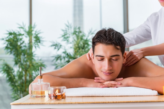 Hombre guapo durante la sesión de masaje spa Foto Premium