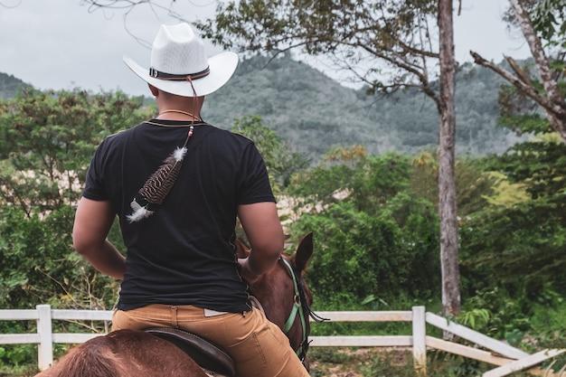 Un Hombre Guapo Con Un Sombrero De Vaquero Blanco Montando Un