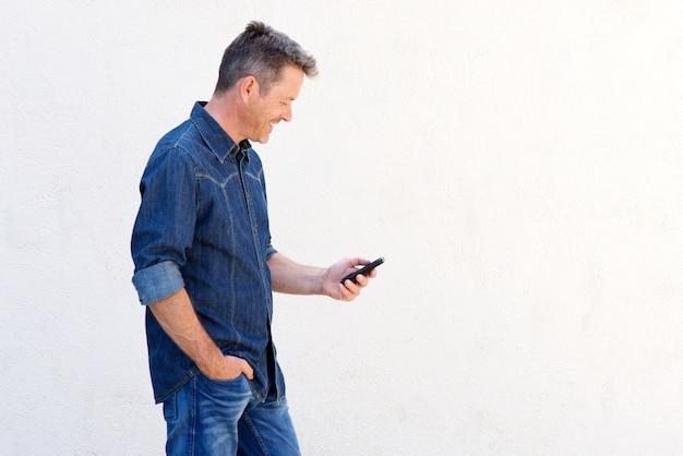 a985008ec Hombre guapo sonriendo y caminando con teléfono móvil | Descargar ...