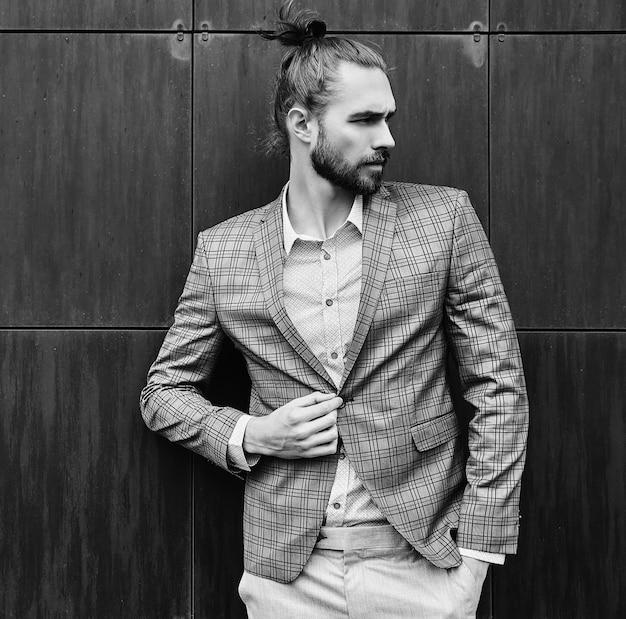 Hombre guapo en traje a cuadros gris en blanco y negro Foto gratis