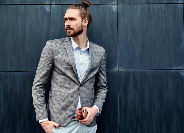 Hombre guapo en traje a cuadros gris Foto gratis