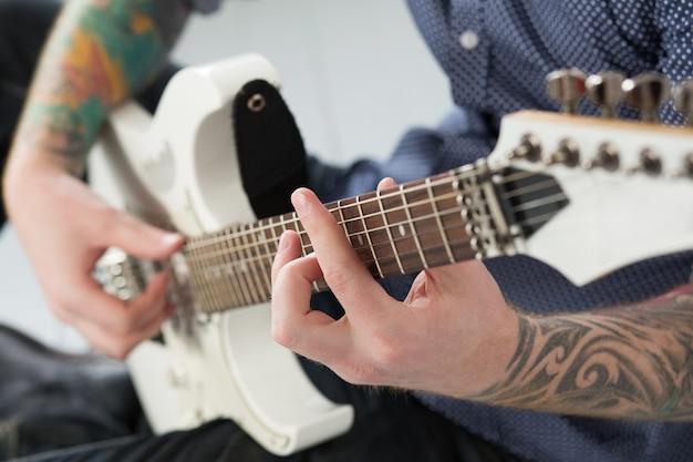 Hombre con guitarra Foto gratis