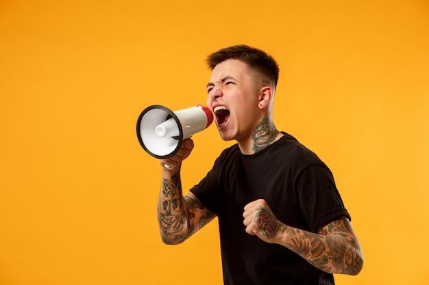 Hombre haciendo anuncio con megáfono Foto gratis