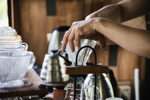 Hombre haciendo café fresco por goteo en cafetería vintage Foto gratis