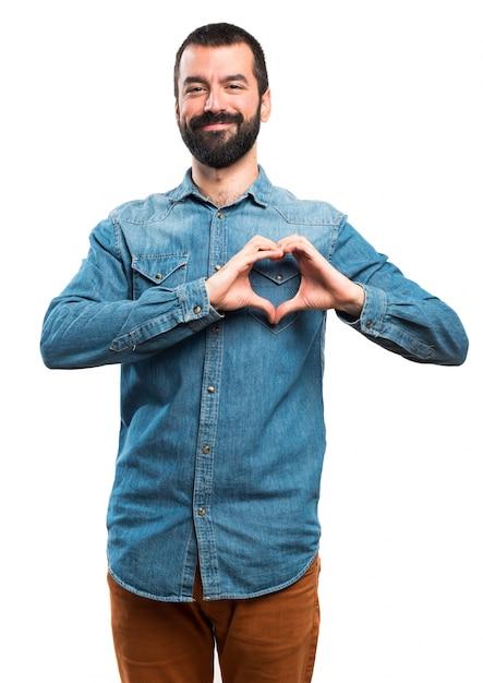 Hombre haciendo un corazón con sus manos Foto gratis