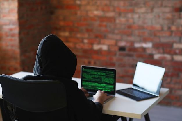 Hombre hacker en laptop Foto gratis