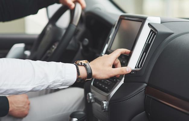 El hombre incluye un sistema de audio en el coche. Foto gratis