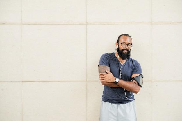 Hombre indio atlético posando Foto gratis
