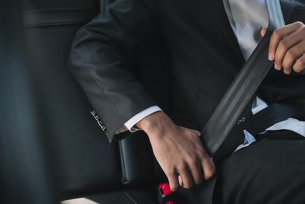Hombre irreconocible con cinturón de seguridad Foto gratis